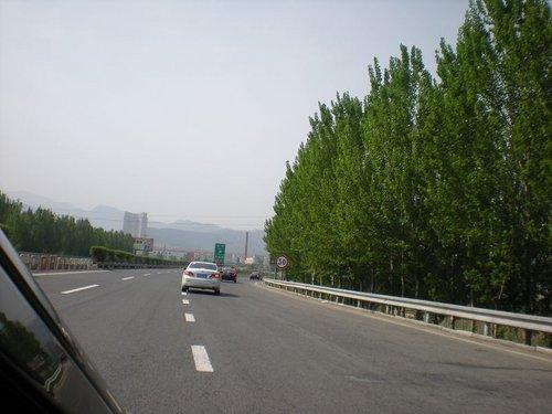 一路上,车友们大秀车技,欣赏沿途的风景,一路上大家的兴致都很高.