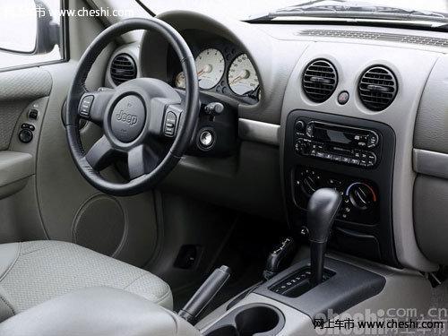 Jeep自由客采用2.4升D-VVT铝制发动机与6速手自一体CVT无级变速箱