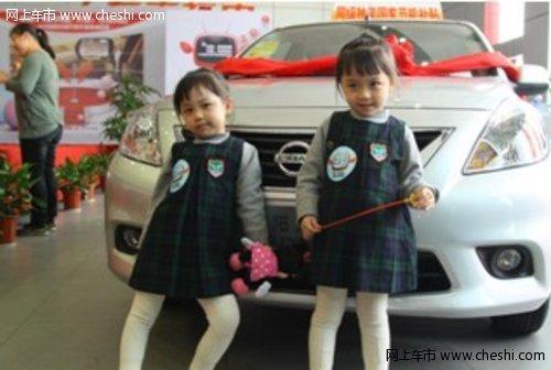 【双胞胎美女忽闪着可爱的大眼睛,在靓丽的阳光车前面摆pose给摄影