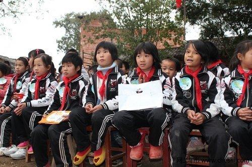 参加活动的代表们也用带来得书包,文具,书籍,衣物与可爱的孩子们互换