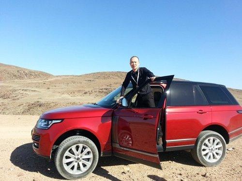 令路虎车队成为沙漠中一道独特的风景线.