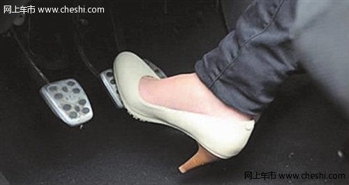 女子穿高跟鞋开车