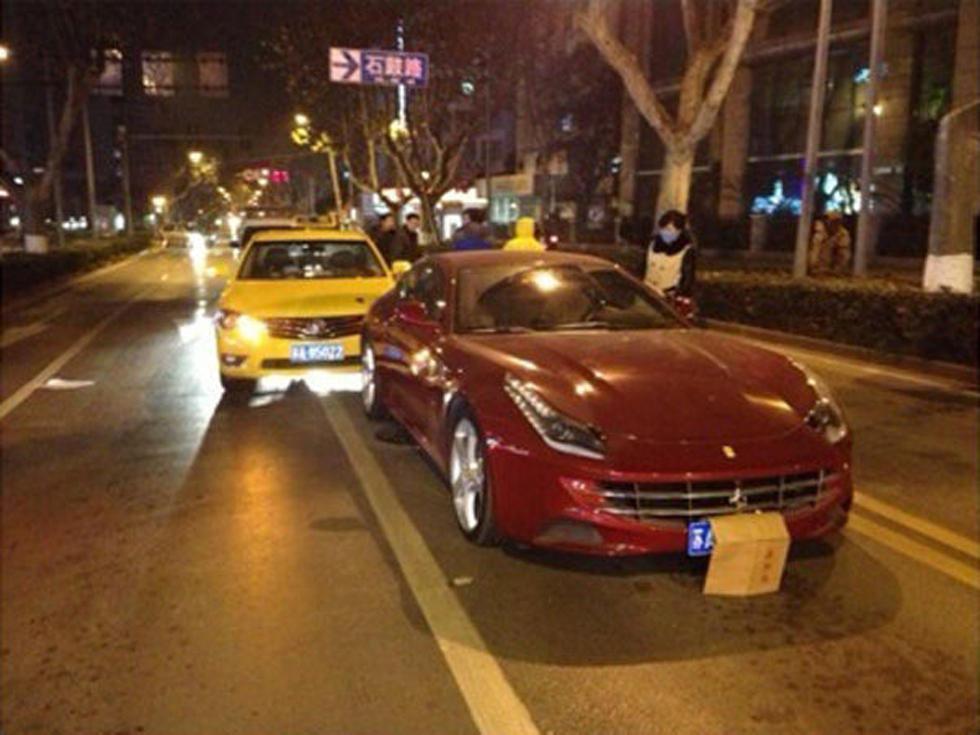 南京的哥追尾500万法拉利跑车 趴车门哭