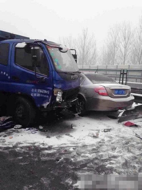 春运首日京沈高速多辆车相撞 火光冲天