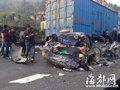 小车被压成铁泥 车祸致罗宁高速大堵车