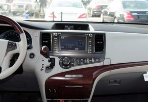 丰田商务车塞纳是一款颇具传统风格的多功能商务用车,由于