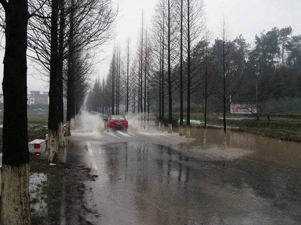 下雨时停车要注意什么? 首先,雨中停车不要开空调.