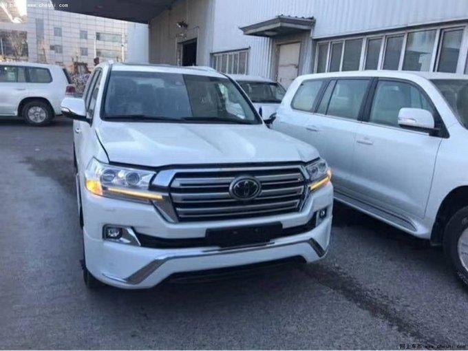 2018款丰田兰德酷路泽5700整车配置丰富豪华,在我国的东北、内蒙、新疆、西藏等地,拥有极高的保有量;一款备受越野族青睐的大型SUV,健壮的车身,粗犷的线条,宽敞的空间,强劲的动力,无一不彰显丰田家族SUV的魄力和风范