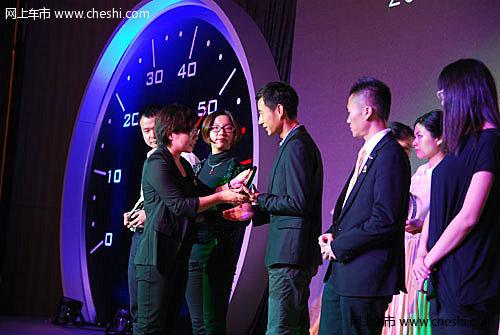 网易汽车事业部副总经理程李与获奖单位代表合影