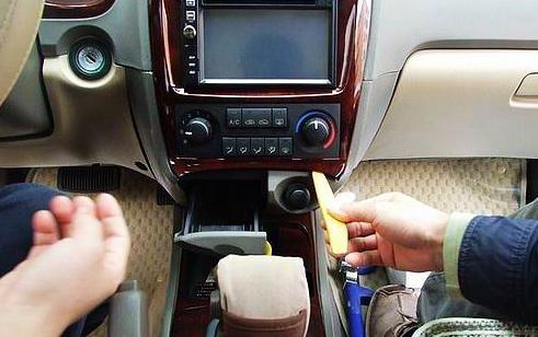 导航改装过程[图];   从烟灰盒位置用手外拔空调装饰框; 现代名图有