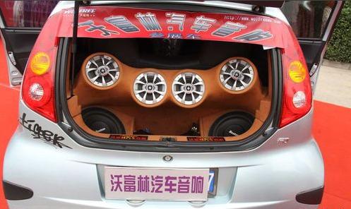 比亚迪F0是比亚迪公司经多年准备推出的一款精品小车。而音响的改装升级让这辆车的整体性能有了一个新的提升。 音响配置清单:   主机:阿尔派105E   前场:波士顿PRO60 6寸套装   后声场: 波士顿S55 同轴喇叭   低音:波士顿G110 10寸低音   前场功放:波士顿CK75四路功放   后场功放:波士顿CK75四路功放   低音功放:圣美歌DK1800   隔音:博亚全车隔音 线材:怪兽