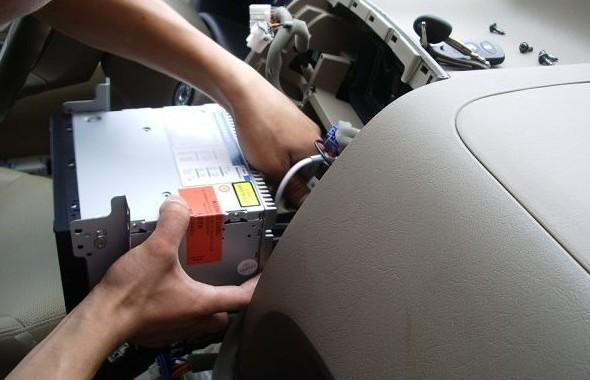 简单说说途胜安装dvd导航的步骤 主要功能: 6.2寸500cd/m2宽屏触摸显示 收音、DVD、CD、SD、USB等功能 支持原车方向盘遥控,开车享乐不冲突 可调显示比率:16:9或4:3 PAL/NTSC/SECAM兼容 支持数字电视 支持蓝牙免提电话功能 内置导航功能 支持IPOD接入 倒车后视输入,前置音视频输入 后置音视频输入,2路后置视频输出 4*40W数字音效大功率输出 重低音可调输出 卡片式全功能遥控