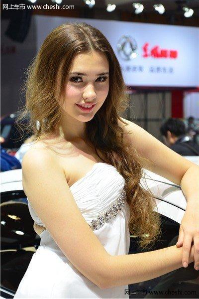 黄头发美女车模不一样的魅力诱惑 网上车市