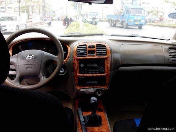 老款索纳塔 车子漂亮 大气 后排座位大 可以坐4人 没有问题 手动档 高配置 带天窗 真皮座椅 前后中央扶手 带安全提醒 超速时 自动真人语音提醒 不带安全带 它也提醒 后排座位上带角灯 桃木内饰 手动档 超省油 市区在6毛 高速5毛 是现代第一代纯进口的发动机 返修率低 电动门窗 电动后视镜 座椅6向调整 方向助力 原车中控钥匙 速度达到30马 以后自动落锁 后备箱电动开启 双气囊 倒车雷达 保险到明年 车子08年前都是在上海使用