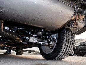 330千瓦/450马力的V8双涡轮增压汽油发动机和宝马xDrive智能四轮