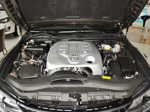一汽丰田  2.5V 自动 发动机局部特写