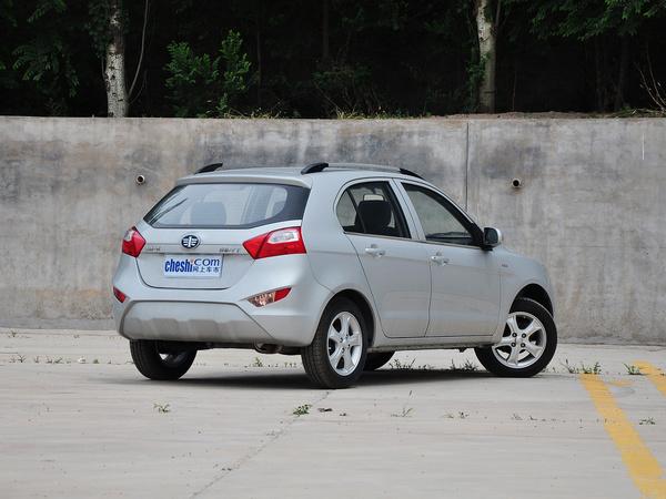天津一汽  1.3L 手动 车辆右侧尾部视角