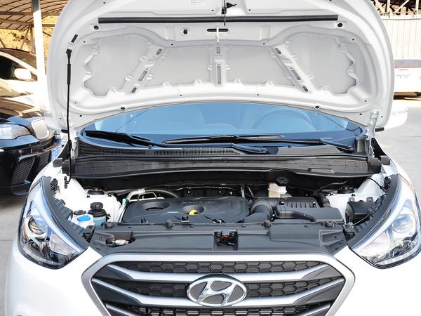 北京现代  改款 GL 2.0L 自动 发动机局部特写