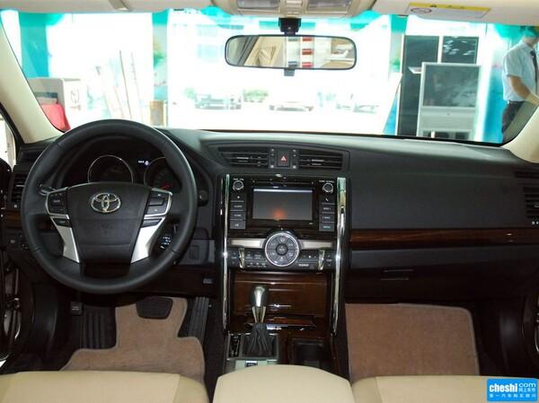 一汽丰田  2.5V 自动 方向盘后方仪表盘