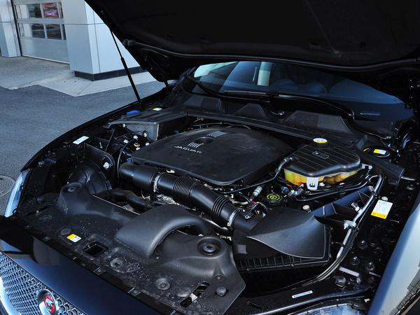 捷豹  XJL 2.0T 发动机主体特写