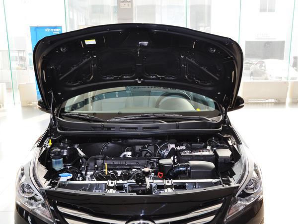 北京现代  三厢 1.4L 自动 发动机局部特写