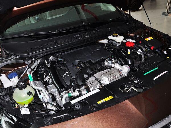 东风标致  1.6T 自动 发动机局部特写