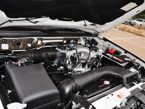 三菱(进口)  3.0L 自动 发动机主体特写