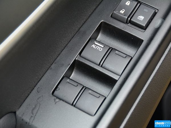 广汽本田  1.8L 左前车门控制区特写