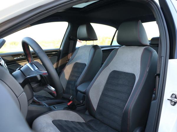 一汽-大众  2.0TSI 驾驶席座椅前45度视图