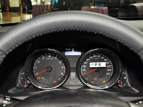 新锐志的内饰变化不大,无论中控台的造型还是布局均与老款保持一致。而在配置方面,新锐志根据不同的配置配备了氙气大灯、电动天窗、空气净化、倒车影像、Alcantara真皮内饰、IPA智能泊车辅助系统以及定速巡航,高配车型还配备了大灯清洗、自动折叠后视镜、无钥匙启动等实用配置。   在性能上,REIZ锐志具有全球顶级的性能表现。为了使用户能够充分体验FR特有的驾驶乐趣, REIZ锐志有着无与伦比的运动性能,采用了3.
