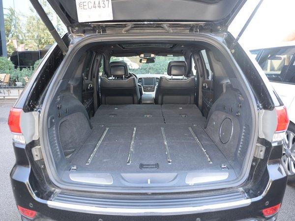 真皮材质的座椅,手感异常细腻。车身造型趋向追求弧形曲线美,极具简洁而雄浑的运动气息。创造同级唯一涵盖公路、越野和节能三大驾驶类型需求,包括自动、节能、运动、雪地、沙地、泥地和岩石共7大驾驶模式。    内饰方面,Jeep大切诺基车内A柱及整个顶棚都采用奢侈品级别的绒面材料包裹,与Natura Plus 豪华真皮座椅、车内氛围灯等奢华细节的搭配。核桃木装饰的中控台上是著名的InfinityGold高级音响,配合车厢后面十碟CD换驾车时享受到如剧场般身临其境的音响效果。     配置方面,Jeep大切诺基相信