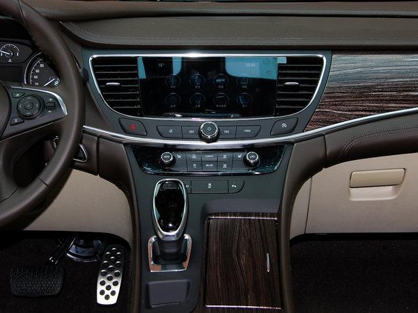车型的科技感。   全新君越的改款在外观上的变化虽然不多,但气质的改变和提升却很大,改款后隐隐有几分当年林荫大道的旗舰感。这也让我们看到了君越向更高级别冲击的一种试探。   动力方面,新君越有2.4L、3.0L以及2.0T三款发动机可供选择。其2.0T涡轮增发动机最大功率达187kW,最大扭矩350Nm。内在配置的全面升级应该是本次改款的真正重点,主动式液力减震系统、Intellisafe主动安全系统等配置的引入令其在同竞品竞争中有了更多的筹码。【网上车市 天津站报道】 更多详情请点击:http://tj