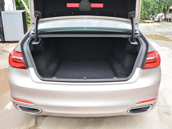 740从车尾的角度来看在,这一款七系宝马越野的风格继承了宝马的设计理念,在车灯方面作了改进,配备了激光大灯。宝马740领先型在尾部,尾灯之间和后保险杠都融入了横向的镀铬饰条,具有很强的层次感。     2017款宝马740所有仪表均按照人体工程学的原理分布,各项舒适性功能也令乘客触手可及。后排座椅对身体的有力支撑提高了后排乘坐的舒适性,1-2人乘坐舒适感是显而易见的,3人就略微有些局促。所有乘客都能尽享宽敞的空间。    2017款宝马740车内饰的风格也是非常奢华的,看上去简洁的中控台融入了很多科技元素