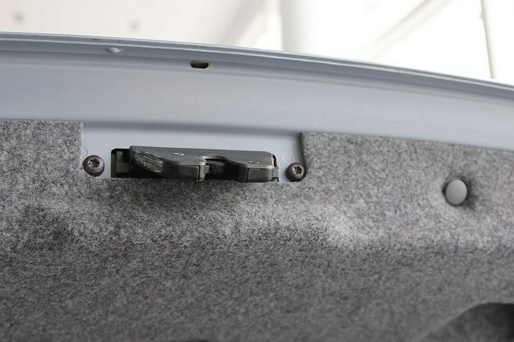 后备箱右侧功能特写