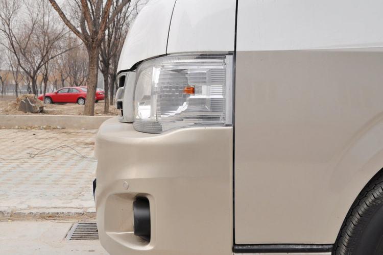 车辆左前大灯正侧视角