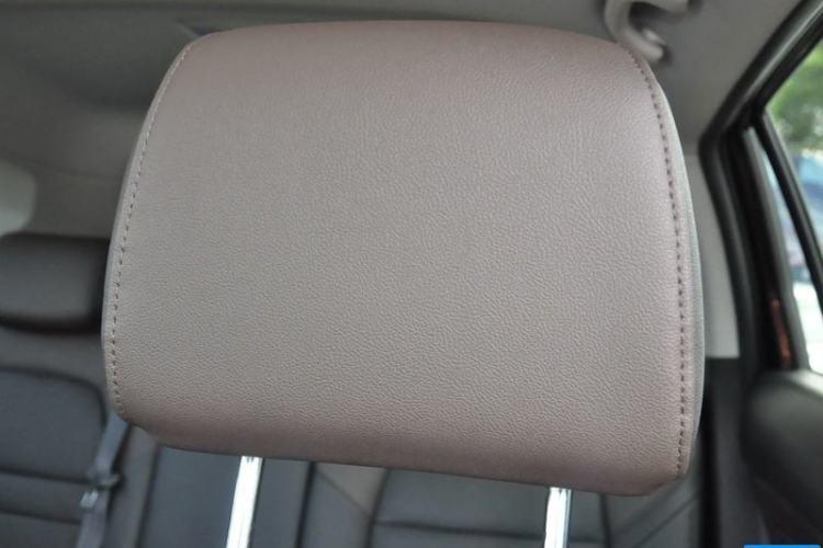 驾驶席座椅头枕特写