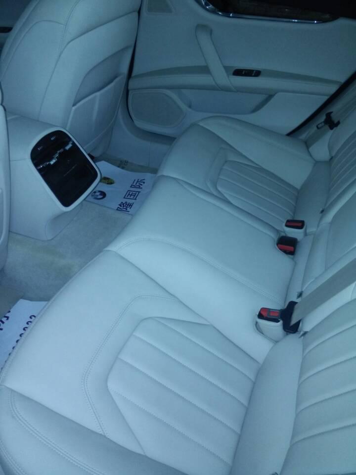s跑车自动挡的车厢设计不算很大胆,方正的中控台上各种功能高清图片