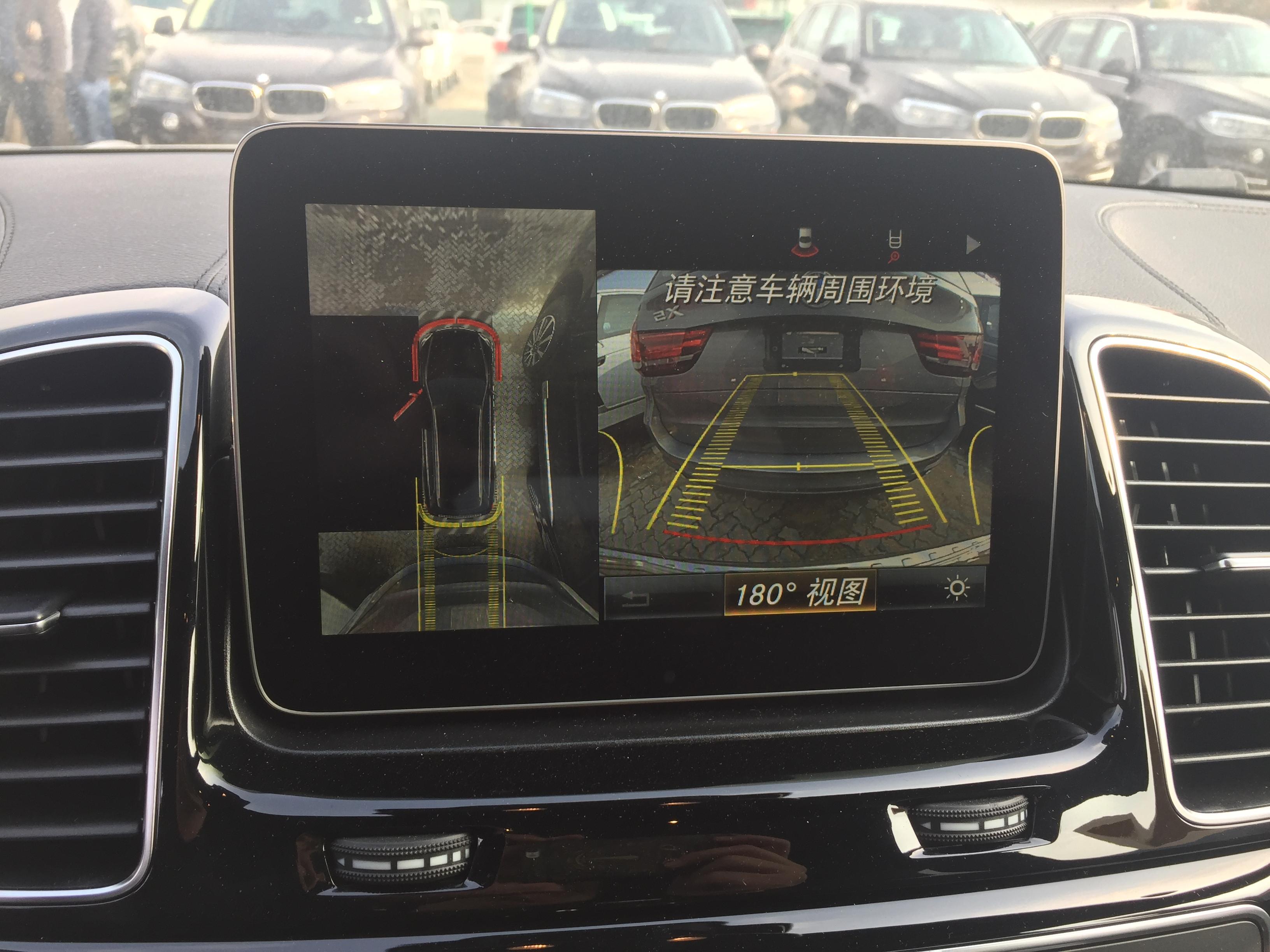 了奔驰最新一代360度全景影像系统,利用车上的四个摄像头巧妙的