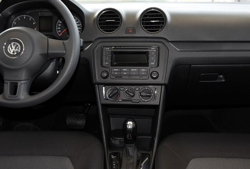 新捷达毕竟是一款注重性价比的家用车,所以即使顶配车型也没有提供彩色的中控液晶屏。不过对于乘客的娱乐需求,新捷达完成的仍然是相当出色的,可以看到中控台上提供了SD卡、AUX和USB的接口,CD机也支持MP3格式,如此丰富的音频输入模式对于现在的用车者来说是非常必要的。在高配车型上,还提供了自动空调以及蓝牙电话接入模式,尤其后者也算是同级别中较高端的配置了。