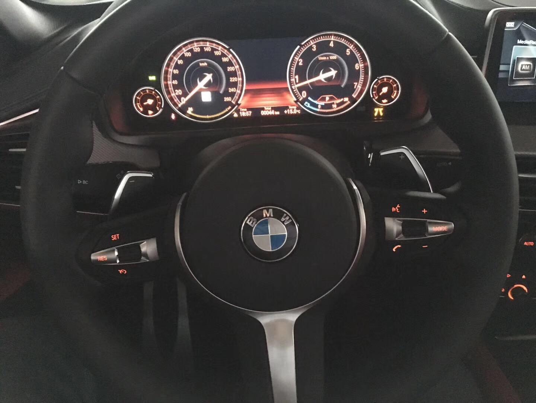 2017款宝马x6m更新了丰富的驾驶辅助系统和信息娱乐功能,设计凸显