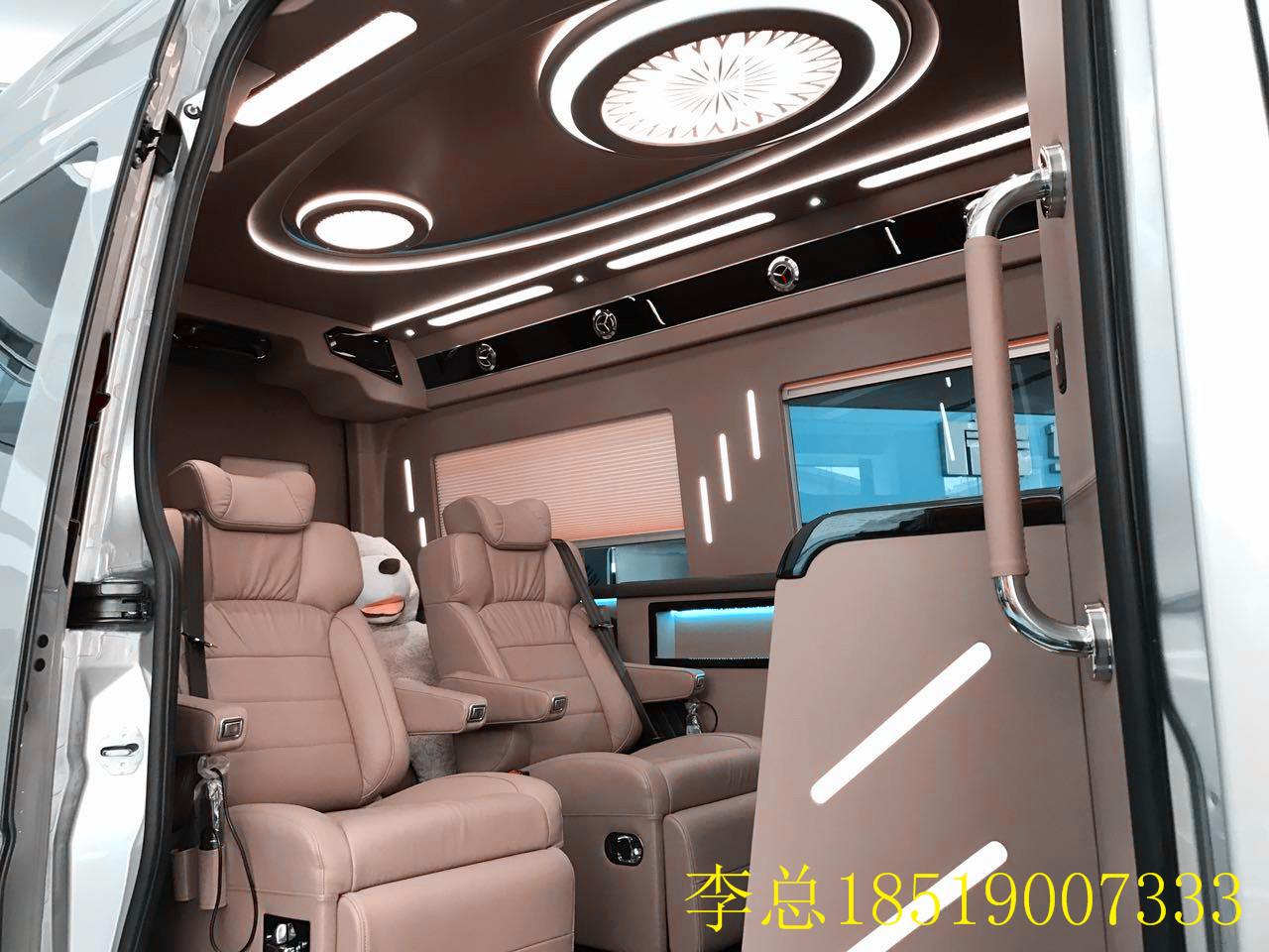 、 2017款进口奔驰斯宾特红木总裁版商务车重视结构和形式的完整,追求材料、技术、空间的表现深度与精确。大量的隐藏设备,确保了空间的简约,内饰线条流畅。经典沉稳的黑色涂装,配以彩色流线贴装饰,前置氙气大灯,拥有超长及超广角视野。总裁版房车轮胎采用倍耐力 SCORPION-ZERO 蝎子STR全能胎,19寸超大锻造轮毂,在材质、强度、延展性及耐久性远超一般车辆。车身(5910*1998*2750),蓝牌,c照可开,百公里经济油耗:10.
