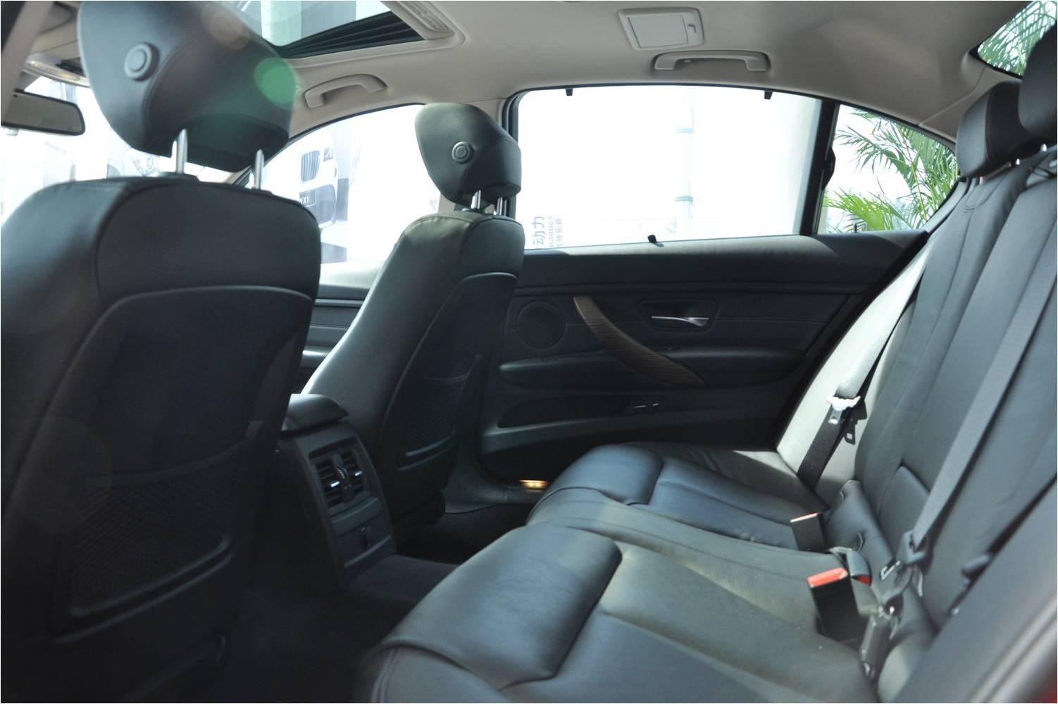 夜间在弯曲的道路上驾驶:氙气前灯会根据前方弯道的角度进行调节,全新BMW 3系四门轿车的大灯光束始终照亮道路。为了计算路线,多个传感器会检测转弯角度、偏转率和车速。随动控制大灯可保证在光线昏暗的道路上提供最佳照明,提前识别路况以及可能的危险。车速较高时,驾驶者需要注意前方更远的道路,以便及时做出反应 - 前部大灯因此会升高。在市区交通中,大灯会自动降低并更有效地照亮车辆正前方的道路,而不会使对面驶来车辆的驾驶者产生目眩。    徐州宝景汽车销售服务有限公司 销售热线:40011996