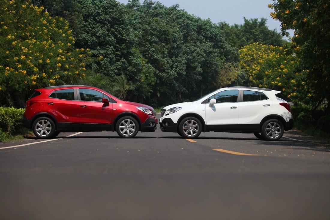 2、防止汽车自燃,减少改装,定期检查 防止汽车自燃,最基本的方法就是要定期给汽车做保养,检查发动 机、电路和油路,看有无老化和漏油情况。不要在不规范的店内对车 辆进行维修或改装,因为一些错误操作如乱拉电线、易摩擦处未有效 固定等,都会造成危险。 如果是改装过的车,尤其是车灯、音响等,更应进行全方位检查。 在炎热的夏季,不要将打火机、香水、空气清新剂等易燃物品长时间 置于车内高温暴晒之下,避免膨胀引发物理爆炸继而引发自燃;长时 间行车后,应该适当地让爱车休息一下,避免超负荷运转。 行驶时,车主应该留意车辆