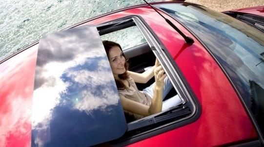 细微之处入手 汽车天窗安装于汽车的顶部,一般主要由玻璃窗、密封橡胶条和驱动机构组成。它利用负压换气原理,依靠汽车在行驶时气流在车顶快速流动形成负压,将车内污浊的空气抽出,从而使车内与车外的空气形成流动,完成空气的转换,过滤车内空气。 很多车主都知道天窗的重要性,而一些喜欢DIY的车主就希望自己来完成保养工作,那么如何保养天窗呢?