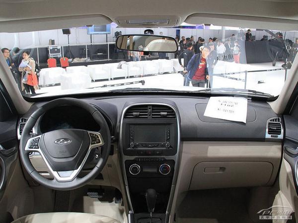 新瑞虎3通过改善密封、增加吸隔音材料、进排气系统优化等手段,将怠速噪音由49分贝降低到了43分贝;车内储物空间也被设置了21处之多。   配置方面,新瑞虎3更加丰富,包括真皮多功能方向盘、定速巡航、6.5英寸大屏、电动后视镜、倒车影像、双层双开启电动天窗、座椅电加热、自动空调等便捷和舒适配置一应俱全。 动力总成方面,新瑞虎3继续使用1.