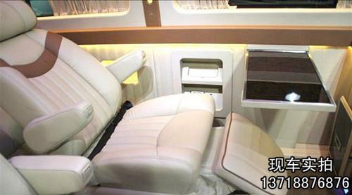 按照飞机座椅设计每个座有独立的安全带腰部背部颈部都可以自由调节