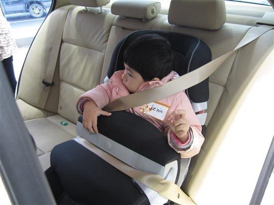 儿童头部的重量占身体重量的比例比成人大得多,且颈部柔弱,当正面碰撞发生时小孩的受伤程度也往往是最严重的,而正面碰撞又是交通事故中最为常见的一种。曾在欧洲发生的一起重大正面碰撞事故中,小姐妹俩面朝前坐在后座上,结果五岁的女孩一条腿骨折,住院两周,她十个月大的妹妹则因颈部受伤而死亡。事件清楚表明,十个月大的孩子面朝前乘车为时过早。据专家介绍,儿童3-4岁之前,面朝后的乘车方式对其来说是最安全的乘车方式,儿童整个身体都受到支撑,从而可将头和躯干之间的相对移动减到最低,3-4岁之前尽可能使用后向式儿童固定装置,