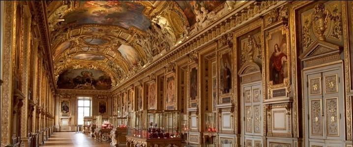 绘画馆     卢浮宫绘画馆所收藏的绘画之全、之珍贵是世界上各艺术馆不能比拟的。绘画馆共有35个展厅,2200多件展品,其中三分之二是法国画家的作品,三分之一来自外国画家,14~19世纪的各种画派的作品均有展出。     所有绘画作品中,最为杰出、最受人瞩目的自然是达芬奇在1503年完成的不朽杰作《蒙娜丽莎》。