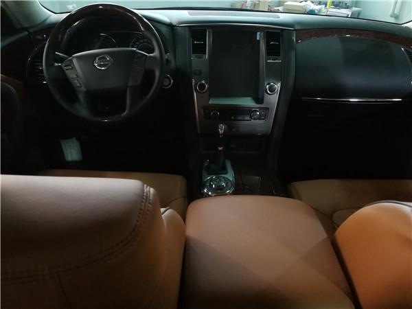 y62中东版仪表盘,方向盘和排挡等位置均配以桃木装点,尽显豪华质感.